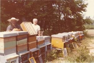 Goliardino Lusetti e Onelio Ruini in apiario